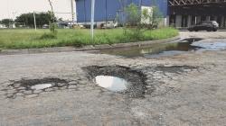 Acesso à Dutra pela Ponte Grande continua fechado e com buracos no asfalto