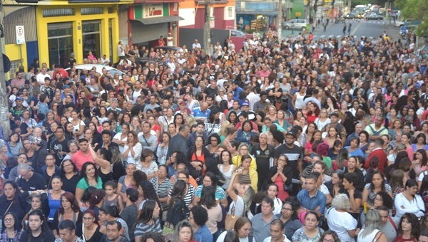 Servidores aceitam proposta de reajuste salarial e encerram a greve
