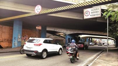 Caminhões que travam sob viaduto causam grandes congestionamentos na Ponte Grande
