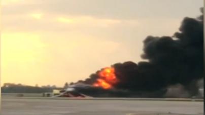 Avião russo pega fogo ao aterrissar e deixa ao menos 40 mortos