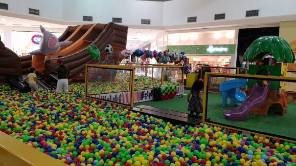 Piscina com mais de 150 mil bolinhas invade Shopping de Bonsucesso
