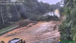 Chuva e deslizamentos causam interdições em três rodovias de acesso ao litoral de SP