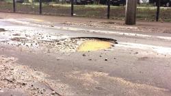 Buracos na Estrada Guarulhos Nazaré atrapalham o trânsito local