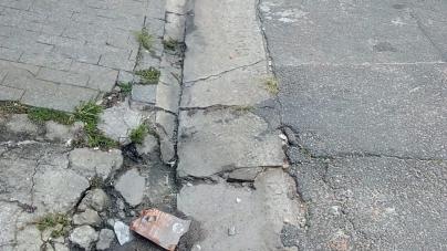 Buraco na calçada segue sem solução há três meses