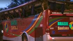 Ônibus colide com carros, capota e deixa 10 mortos em Campos do Jordão (SP)