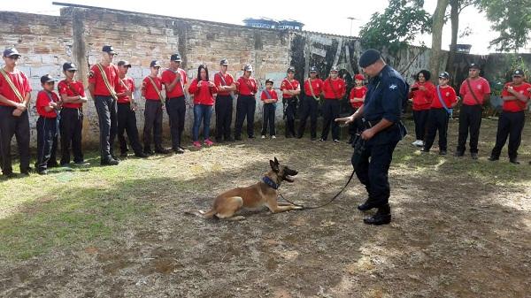Inspetoria de Patrulhamento com Cães ministra palestra para bombeiros mirins