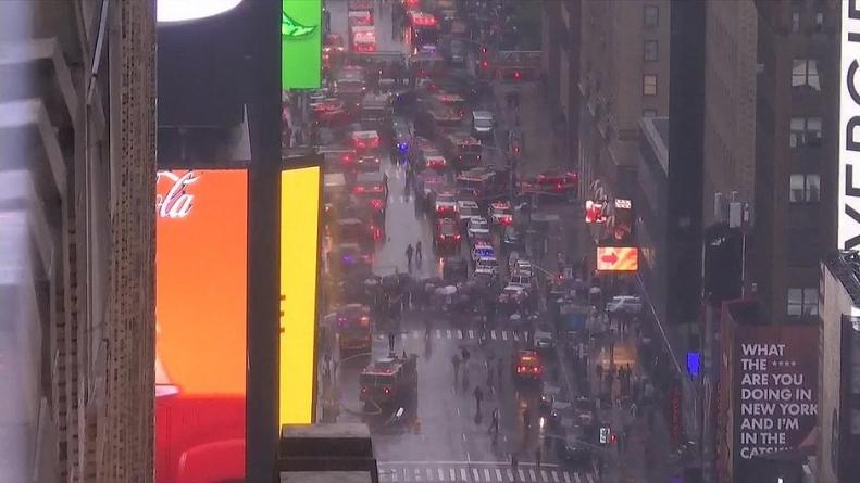 Helicóptero colide com prédio em Manhattan