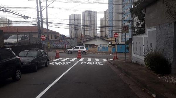 Rua Corbélia passa a ter mão única de direção