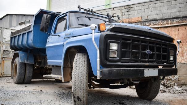 Prefeitura flagra descarte irregular de entulho e apreende caminhão no Mikail