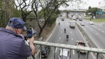 Bolsonaro fala em fim de radares móveis em estradas 'a partir da semana que vem'