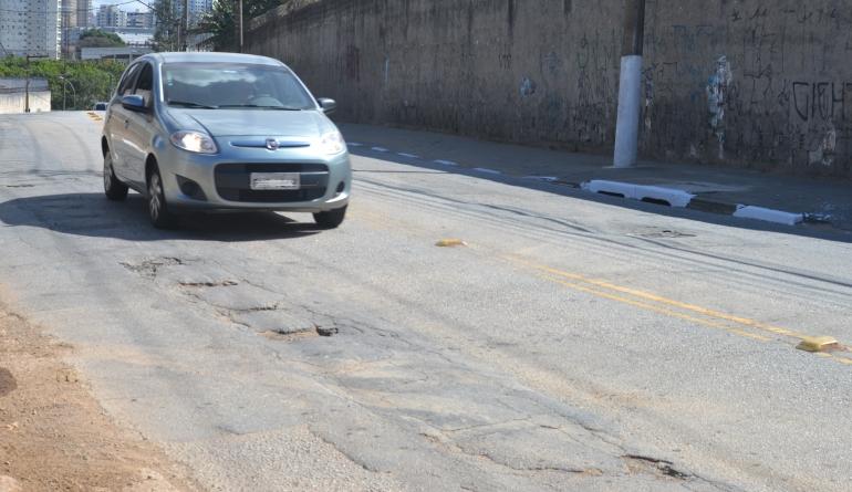 Avenida Monteiro Lobato acumula problemas no asfalto