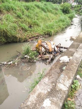 Córrego dos Japoneses é tomado por descarte irregular de lixo