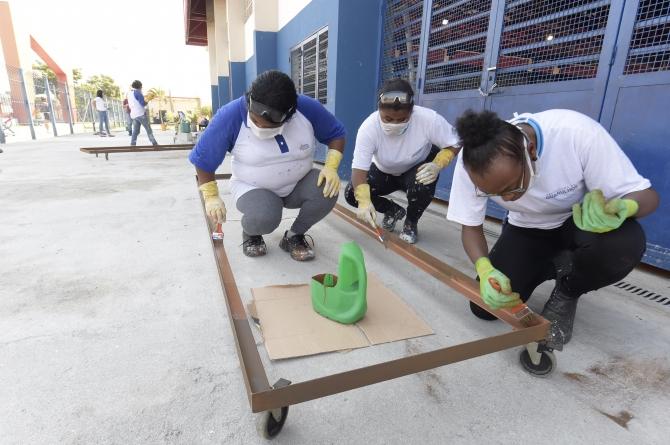 Alunas do programa Bolsa Trabalho auxiliam na manutenção de locais públicos