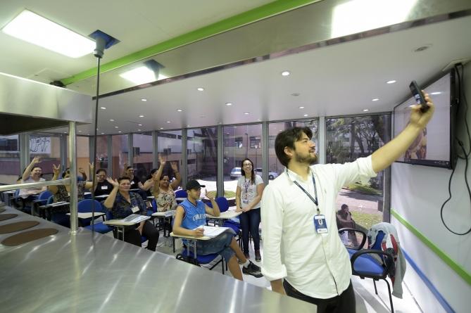 Prefeito visita curso de auxiliar de cozinha na praça Getúlio Vargas